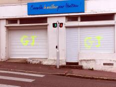 """""""Tags sur la devanture de la permanence électorale « Ensemble, le Meilleur PourMontceau ! » (Politique)"""