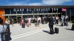 La gare de Creusot TGV et un TGV évacués