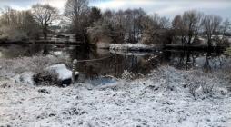 Plan d'eau sous la neige