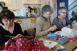 Les tricoteuses de la rue en plein travail à Saint-Vallier