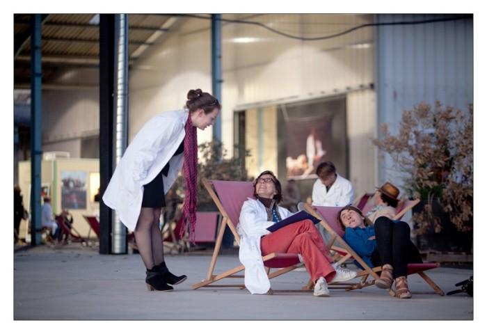 La Ville sur le divan / A.N.P.U. du 12 au 27 octobre 2012 Lieux publics présente les résultats du vaste projet de psychanalyse urbaine de Marseille et des villes voisines mené par l'ANPU depuis 2009, à travers une exposition accompagnée de conférences-polémiques qui seront présentées à Marseille, Martigues et Aubagne. La psychanalyse urbaine est une science poétique d'un nouveau genre : elle consiste à coucher les villes sur le divan, afin de détecter les névroses urbaines et proposer des solutions thérapeutiques adéquates. En 2009, l'ANPU débute la psychanalyse de Marseille avec la complicité des Bancs publics, à partir du quartier de la Belle de mai. Cette démarche s'est poursuivie à Aubagne et Martigues avec Lieux publics, ainsi qu'à Port-Saint-Louis du Rhône, en collaboration avec le Citron jaune, centre national des arts de la rue. L'ANPU poursuit ensuite son investigation à Alger, avec l'idée de regarder la ville depuis l'autre rive, de comprendre ce qui de Marseille se lit à partir de ses liens avec Alger et vice versa. L'exposition « Youpi Yeah! », que l'on visitera en compagnie d'un urbaniste enchanteur, présentera la démarche de l'ANPU et plus particulièrement le cas du Grand (pas) Marseille à partir de son « schéma névro-constructeur » mettant en avant son PNSU (Point Névro-Stratégique Urbain ). La conférence « Le Grand (pas) Marseille » sera suivie de polémiques modérées par Nicolas Mémain, « urbaniste gonzo » et artiste promeneur qui invitera le public à intervenir à son tour sur la question des névroses marseillaises. « La Ville sur le divan », exposition d'urbanisme enchanteur, est donc l'aboutissement de l'ensemble de ces expériences menées d'une rive à l'autre de la Méditerranée. Gageons que cette psychanalyse engage Marseille vers des solutions thérapeutiques adaptées, à quelques mois de la Capitale européenne de la Culture!